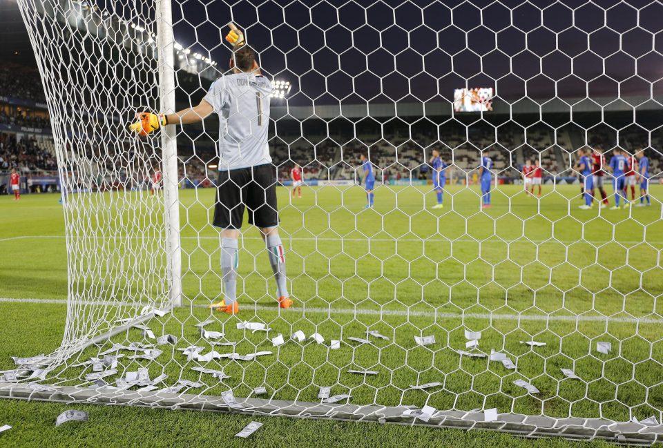 Ini Alasan Fans Milan Hujani Uang Palsu Kepada Donnarumma