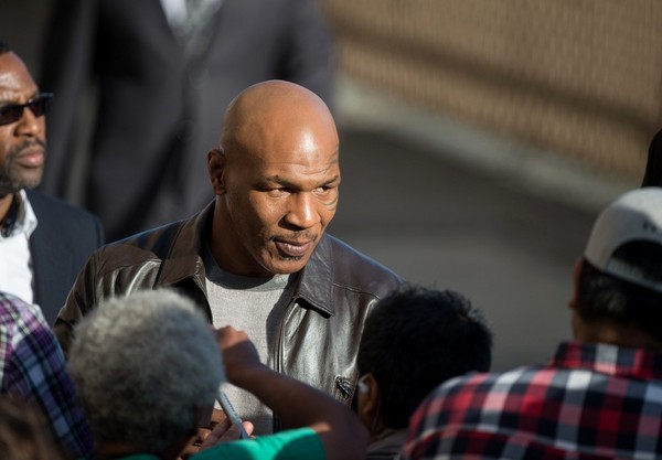 Pandangan Mike Tyson Terhalangi LeBron James Saat Duel Mayweather Lawan McGregor