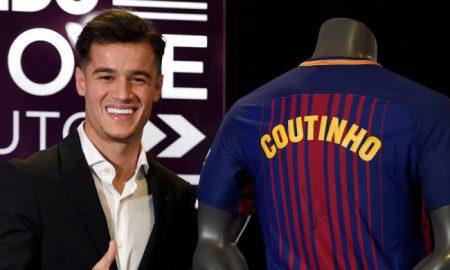 Gelandang FC Barcelona, Philippe Coutinho, berpose dengan kostum baru dalam acara presentasi resmi pengenalan dirinya di Stadion Camp Nou, Barcelona, Spanyol, pada 8 Januari 2018.